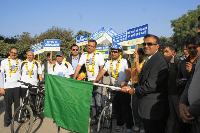 DC GURGAON FLAGGING OFF THE CYCLE RALLY WITH THE PEDAL YATRI TEAM