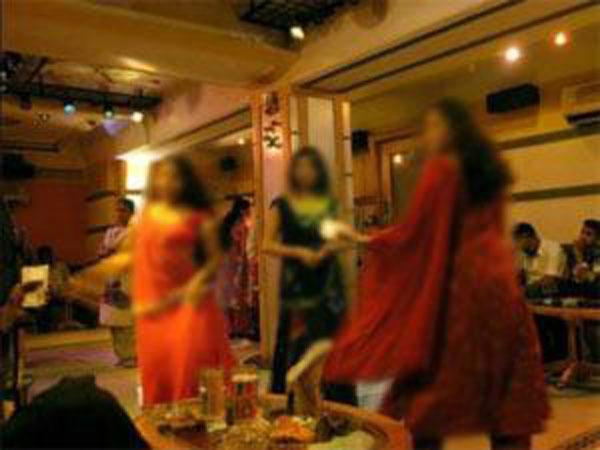 x12-bar-dancers-3.jpg.pagespeed.ic.w65RmbUBwg